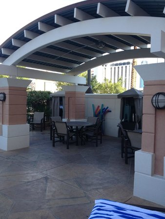 Las Vegas Marriott: Covered patio area at the pool