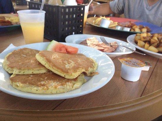 Coconut Joe's Beach Bar & Grill: Coconut pancakes!