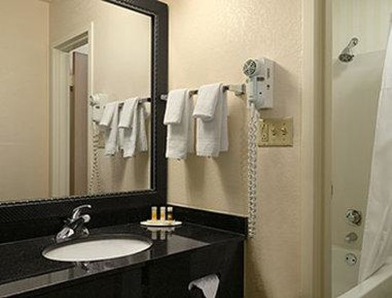 Days Inn Chattanooga/Hamilton Place: Bathroom