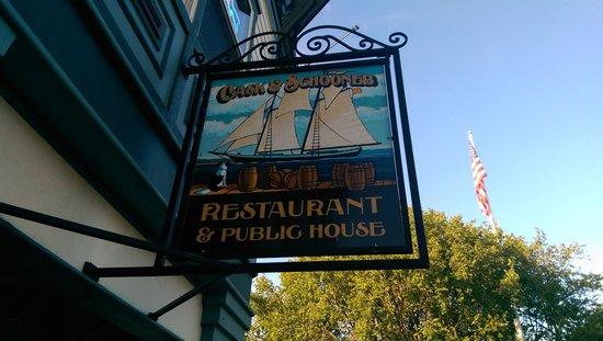 Cask and Schooner Public House & Restaurant : entrance