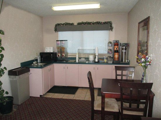 Americas Best Value Inn- Cuthbert: Breakfast Area