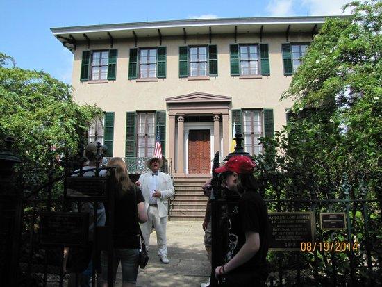 Savannah Dan Walking Tours: Savannah Dan at the Low House