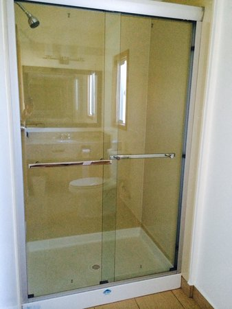 Bay Bridge Inn: Shower / douche chambre #110