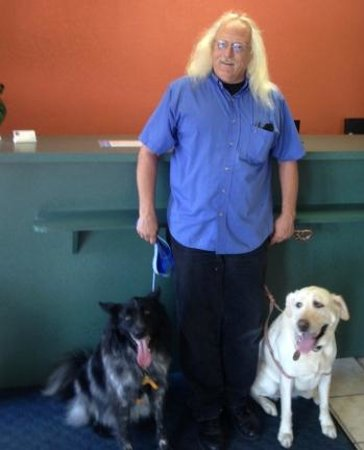 Motel 6 Wichita East: Ron, the very nice manager of Motel 6, gladly poses with my dogs.
