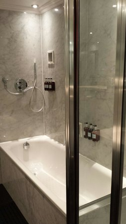 Radisson Blu Edwardian Grafton Hotel : shower cubicle and seperate bath :)
