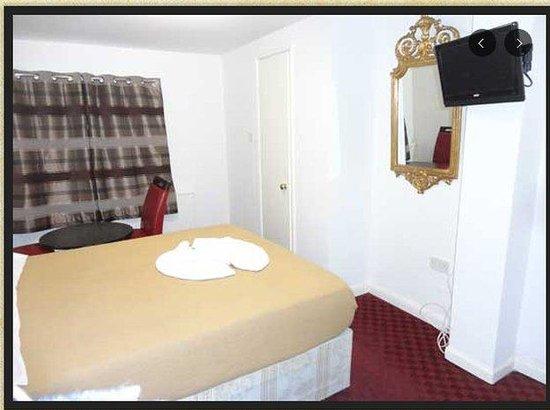 Queen's Hotel: BEDROOM