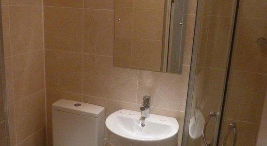 Queen's Hotel: Bathroom