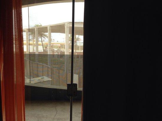 Hotel Cocoon: A porta de vidro que não deixa ninguém dormir