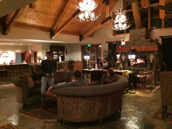 The Hotel Telluride: Cozy lobby with roaring fire