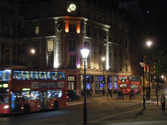 Trafalgar Square : Iconic red double-decker buses are ever-present
