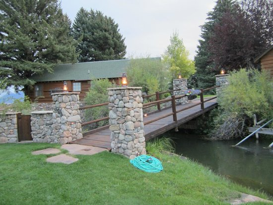 El Western Cabins & Lodges : Bridge behind cabin across stream