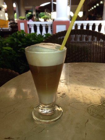 Memories Paraiso Beach Resort: Caffee late at lobby bar