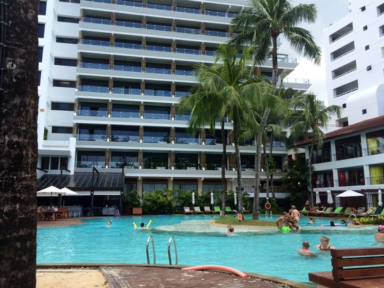 Patong Beach Hotel : Poolside