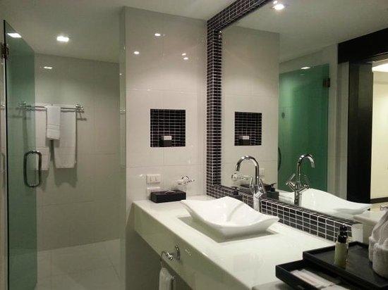 Amari Nova Suites Pattaya: Bathroom