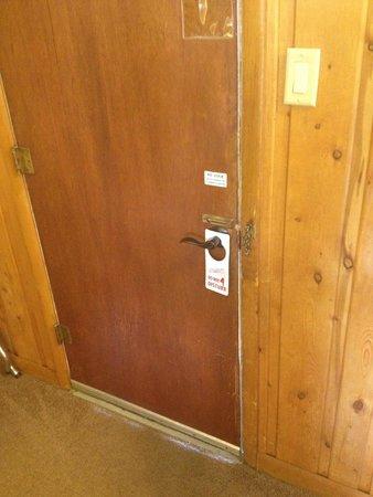 Coyote Mountain Lodge: Door of room
