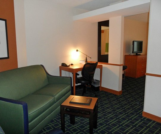 Fairfield Inn & Suites Portsmouth Exeter : Desk and Sitting Area in Room 224