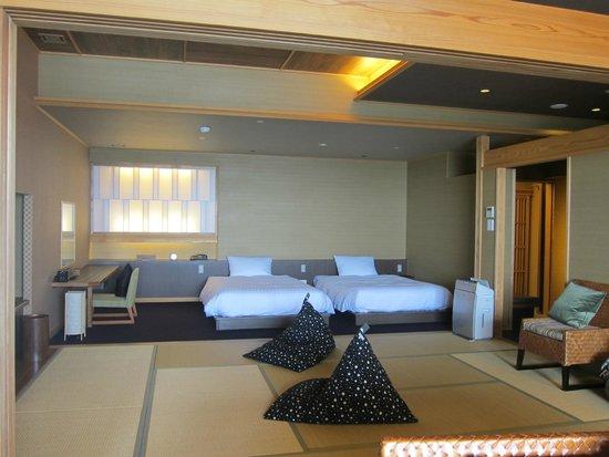 Hotel New Awaji : ベッドは動かせませんので子供には布団を用意してくれます。
