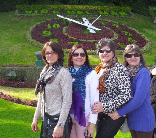 Itours, Santiago Wine Tour, Vina del Mar & Valparaiso: Relogio de flores em Vina del Mar com minhas amigas