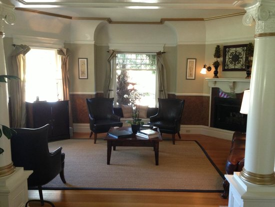 1801 First Luxury Inn: Entry Parlor