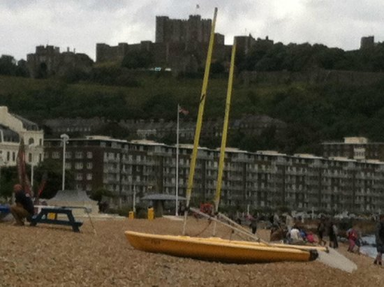 Evan Evans Tours: Dover: on the beach looking up at the Castle.
