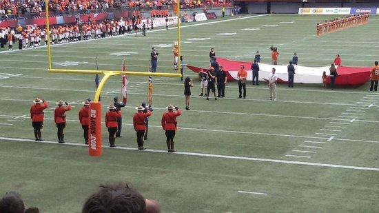 B.C. Place Stadium: Hino nacional Canadense com banda ao vivo