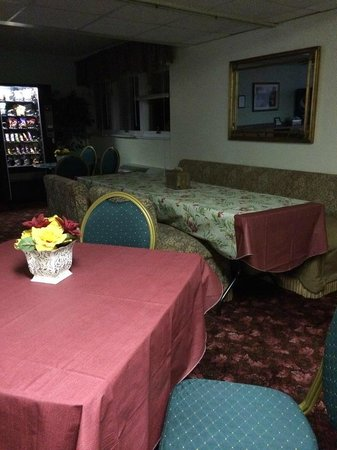 """Palace Hotel: Voila the """"internet cafe"""" and breakfast room - dusty, fake flowers and hideous outdated furnitur"""