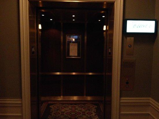 Terrace At The River Inn: Elevator from the River Inn to the Terracerestaurant