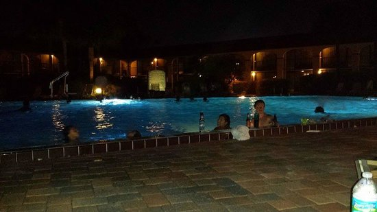 Maingate Lakeside Resort : Night at the Pool after a long day at the parks