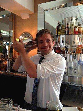 Tides Beach Club Hotel Restaurant: Love the bartenders!