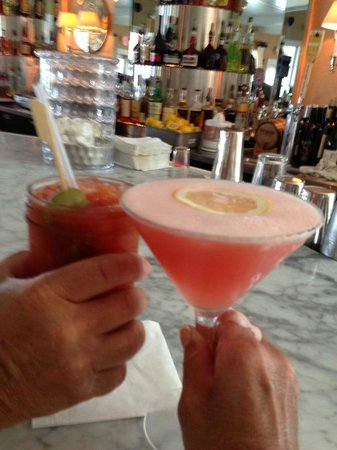 Tides Beach Club Hotel Restaurant : Cheers!
