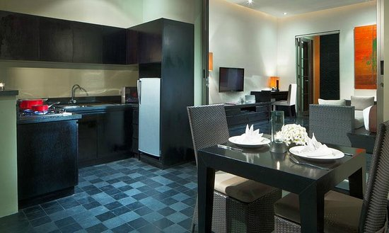 Sun Island Boutique Villas & Spa: Kitchenette, Dining & Living Area at One-Bedroom Deluxe Pool Villa