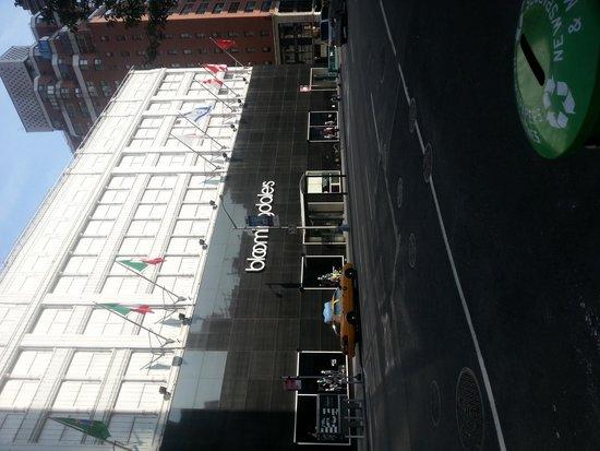 Bloomingdale's: фасад