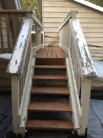 Cinnamon Bear Inn: stairs leading to our room needed maintenance