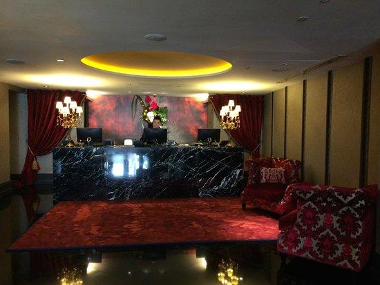 The Scarlet Singapore: glamorous lobby