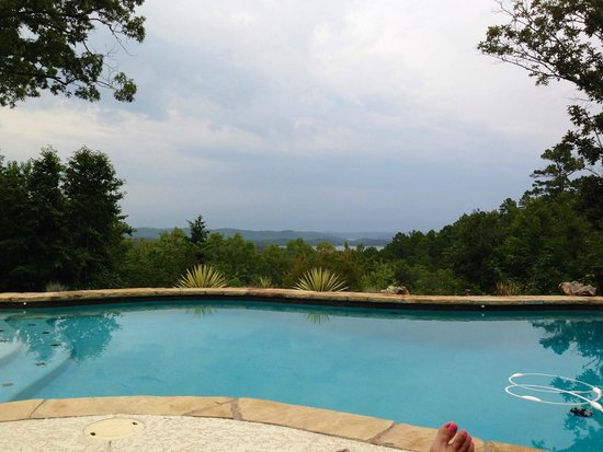 Lago Vista Bed and Breakfast: A view from the pool at Lago Vista