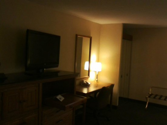 Comfort Inn: TV and Desk (sorry for the poor quality)