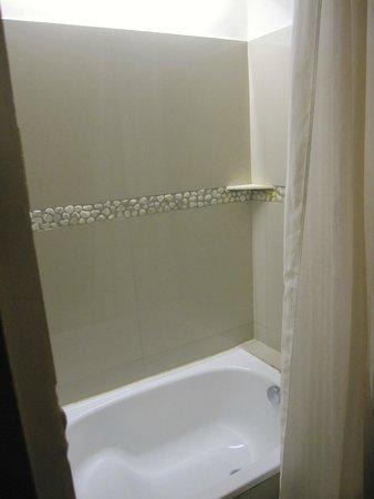 Cuarto Hotel Cebu : small bathtub
