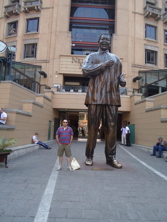 Nelson Mandela Square: Estatua de Nelson Mandela