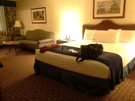 The Orleans Hotel & Casino: bed with sofa area