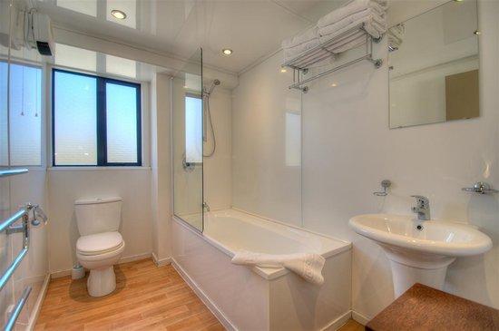Four Seasons Motel: Family Bathroom