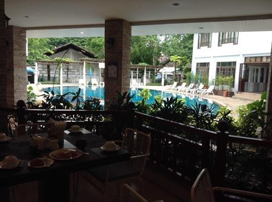 Areca Lodge: 食堂からプールを望む