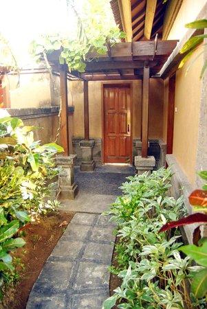 Parigata Villas Resort: Внутренний дворик перед номером