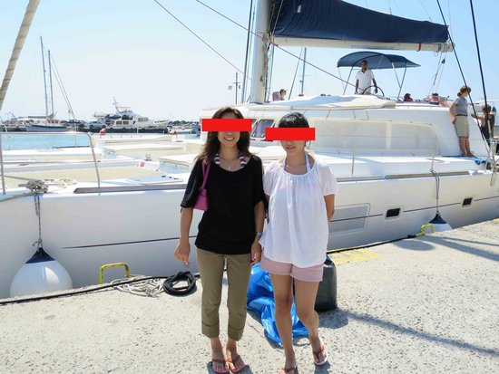 Sunset Oia Sailing Cruises: ヨットの前で