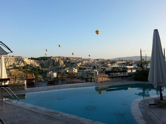 Sultan Cave Suites: pool and balloons