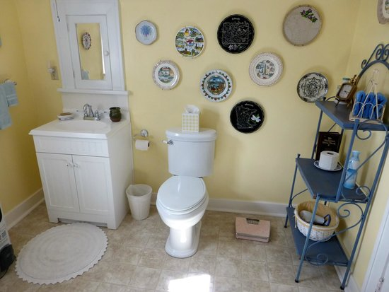 Red Brick Inn of Panguitch B&B: Large bathroom across from our room.