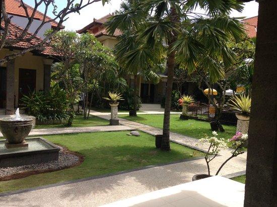 Adhi Jaya Hotel : View of the grounds.
