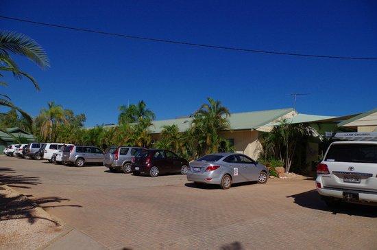Ningaloo Lodge: Parking area and entrance