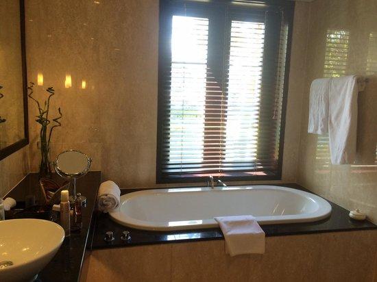 Conrad Bali: Master bath room.