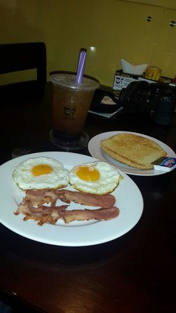 Sozo: BF1, eggs and bacon and my bubble green tea at the background !!