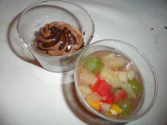 El Jou Vell Bufet Restaurant : Vaso de mousse de chocolate sobre fina capa de bizcocho y vaso de macedonia